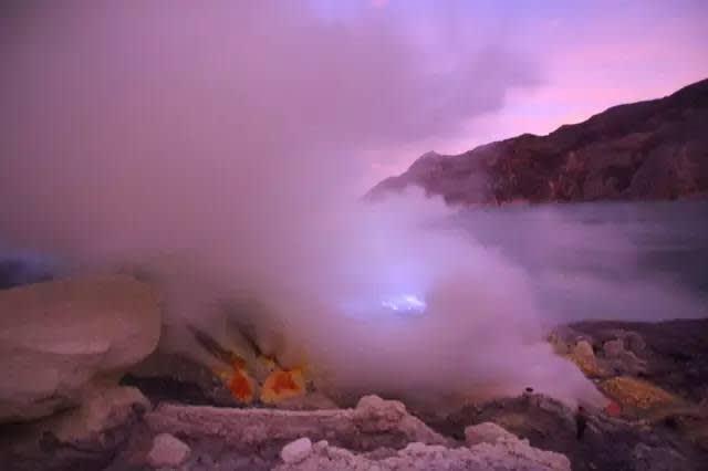 硫 磺 煙 霧 。