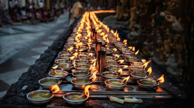 用 以 祈 禱 的 蠟 燭|Flickr: Tati@