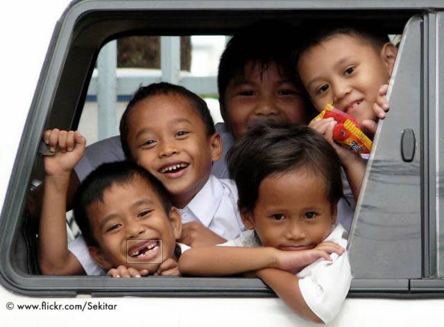 Lonely planet 校 車 內 的 可 愛 小 孩|Flickr: Sekitar
