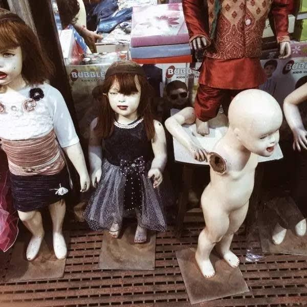 服 裝 店 的 模 特 兒 讓 人 背 後 一 涼 。