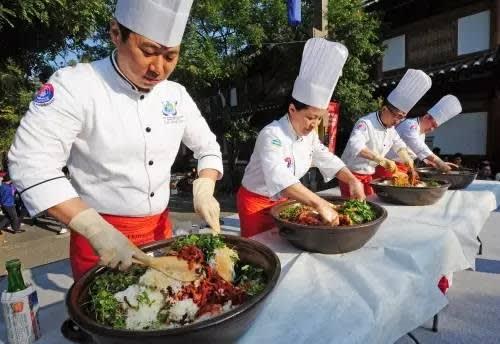 可 吃 到 名 廚 親 自 製 作 的 韓 式 拌 飯 。