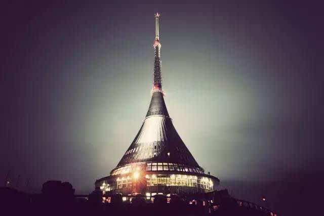 夜 幕 下 的 電 視 塔 。