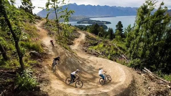 光 要 騎 車 上 坡 就 累 翻 了 , 更 別 說 在 山 地 中 穿 梭 了