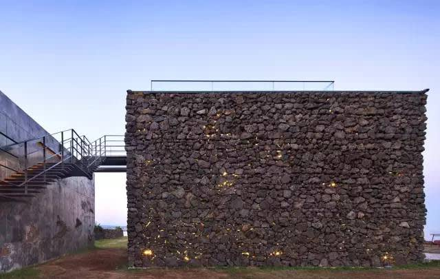 外 觀 採 用 當 地 的 火 山 石 。