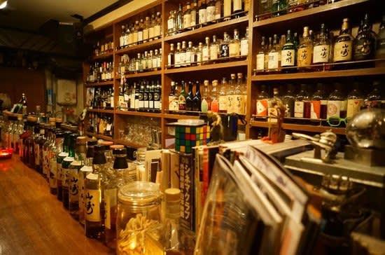 陳 列 整 齊 的 日 本 酒 , 真 想 一 口 氣 喝 光 光 !