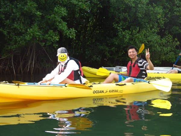 除 了 遊 艇 , 還 有 一 種 水 路 方 式 可 行 – 皮 划 艇 (Kayak) 。 透 過 它 ,你 可 以 深 入 維 爾 京 群 島 的 一 大 特 色 – 紅 樹 林 之 中 。