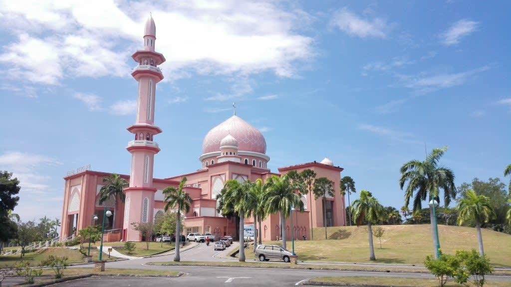 馬 來 西 亞 境 內 有 許 多 繽 紛 色 彩 的 清 真 寺 ( 圖 片 來 源 :goo.gl/Z2sdYT )