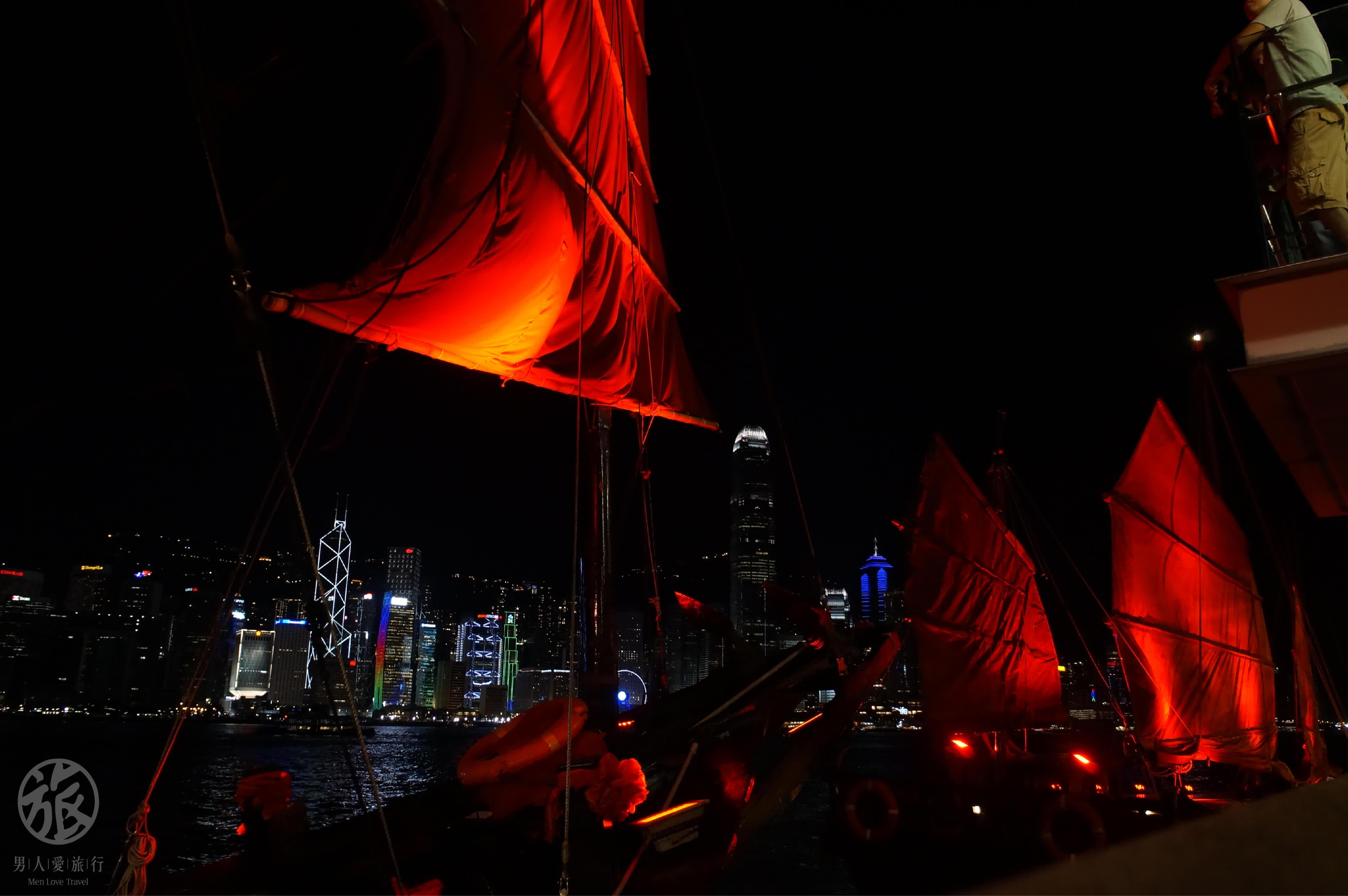 近 處 燈 光 暗 紅 、 古 藝 婉 約 與 夜晚維多莉亞港