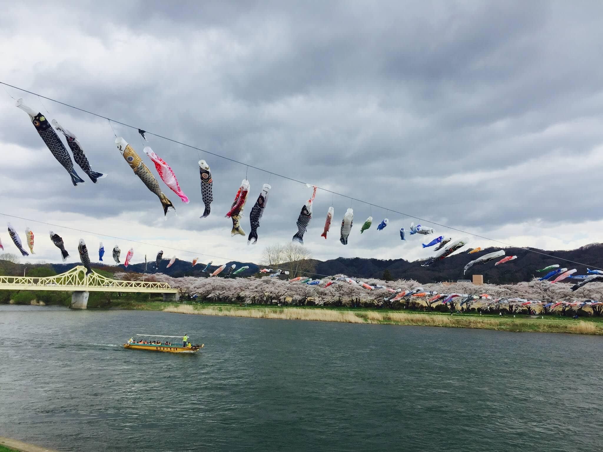 準備迎接黃金週到來的鯉魚旗。