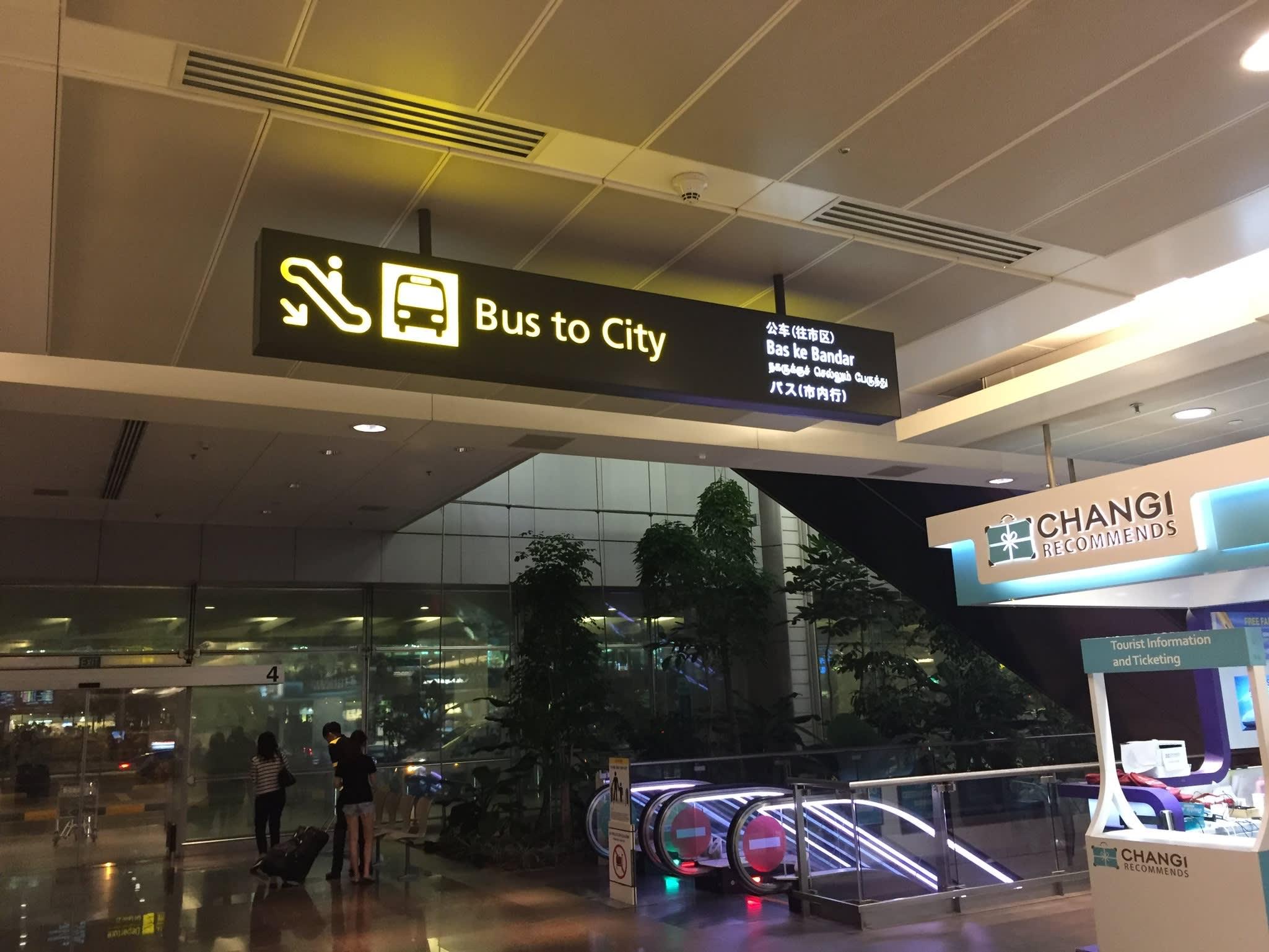 巴 士 就 在 機 場 的 地 下 室 。