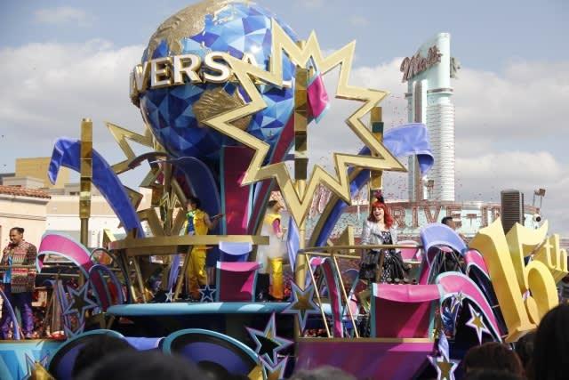 作 為 和 東 京 迪 士 尼 齊 名 的 遊 樂 園 , 環 球 影 城 除 了 擁 有 酷 炫 的 哈 利 波 特 魔 法 表 演 及 活 動 外 ,還 有 經 典 的 史 努 比 、Hello Kitty 等 深 受 小朋 友 歡 迎 的 經 典 卡 通 形 象。