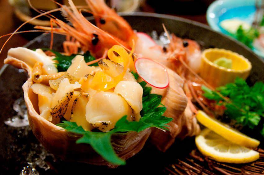 作 為 北 海 道 第 一 大 城 的 札 幌 , 以 多 元 飲 食 聞 名 , 更 是 海 外 觀 光 客 指 定 的 北 國 旅 遊 首 選 目 的 地 。 造 訪 本 地 絕 對 要 品 嘗 的 就 是 海 產 、 湯 咖 哩 與 味 噌 。 ( 圖 / Booking.com 提 供 )