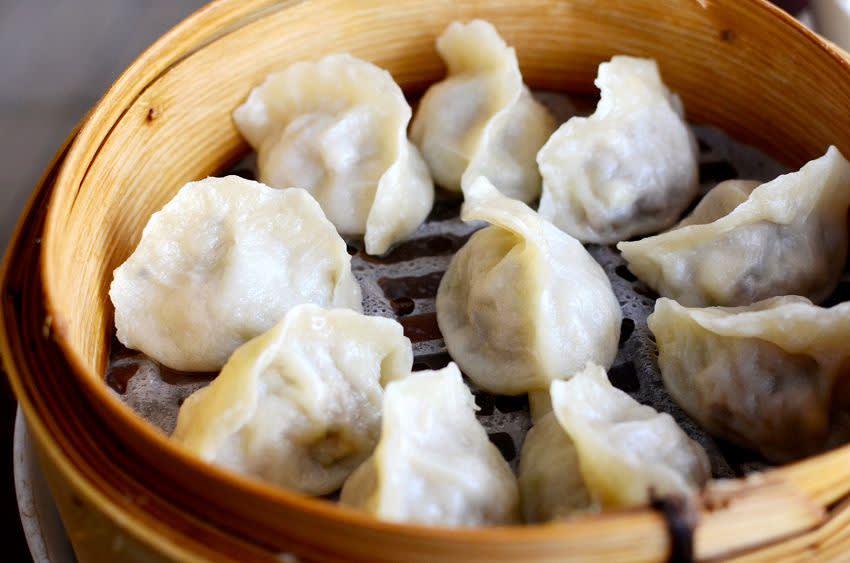 香 港 的 美 食 不 需 要 我 多 說 , 港 式 煲 飯 、 脆 皮 烤 鴨 以 及 冰 火 菠 蘿 油 , 都 令 觀 光 客 垂 涎 三 尺 。( 圖 / Booking.com 提 供 )
