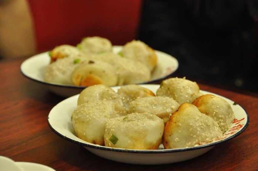 上 海 的 生 煎 包 相 當 有 名 , 到 處 都 可 以 看 到 他 的 身 影 , 而 台 灣 人 偏 愛 麵 食 , 想 也 知 道 怎 麼 可 能 錯 過 生 煎 包 這 項 美 食 呢 。( 圖 / Booking.com 提 供 )