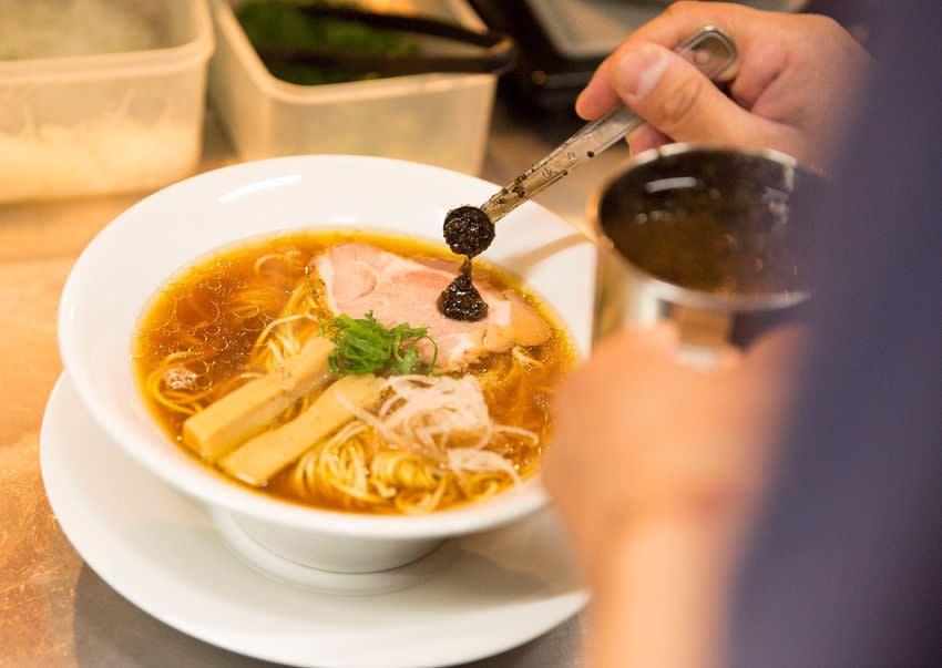 福 岡 有 新 鮮 豐 富 多 元 的 玄 海 海 產 供 應 , 當 然 其 中 的 福 岡 拉 麵 , 濃 厚 的 豚 骨 湯 頭 更 是 無 人 能 夠 匹 敵 。( 圖 / Booking.com 提 供 )