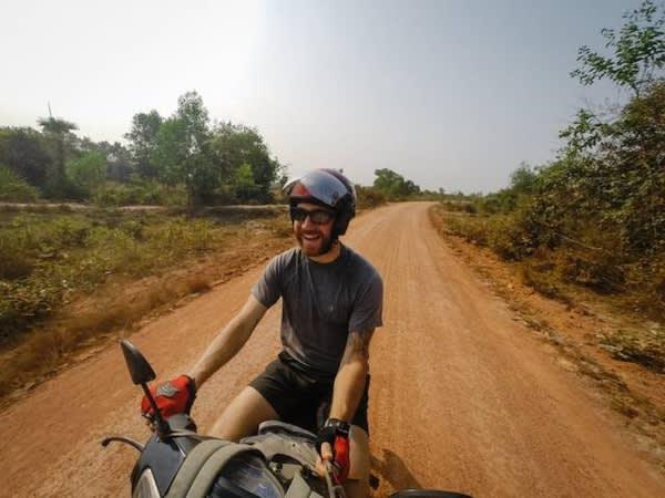 Chris 騎 行 在 黃 土 小 道 上 。