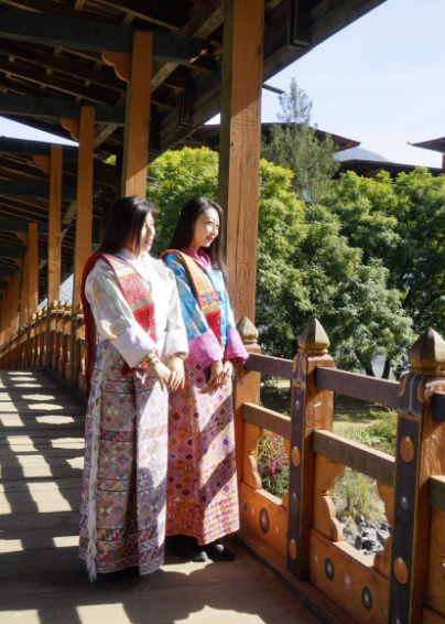 不 丹 的 傳 統 服 裝 。