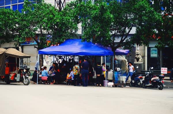漢 人 燒 烤 攤 。