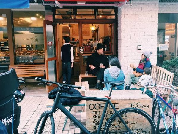 小 小 的 店 門 口 擠 滿 了 許 多 咖 啡 愛 好 者 。