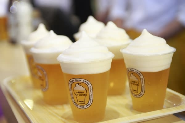 啤 酒 冰 沙 泡 沫 冰 鎮 了 啤 酒 , 讓 啤 酒 不 會 因 為 太 熱 變 苦