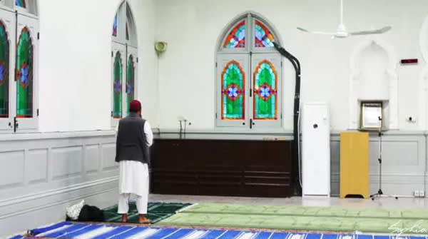虔 誠 的 穆 斯 林 教 徒 禱 告 中 。