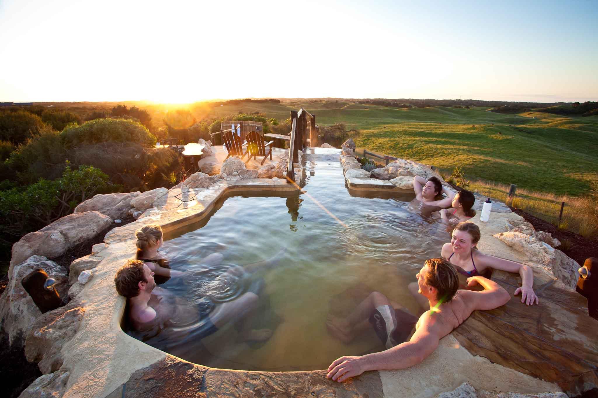 """位 在 小 山 丘 頂 峰 的 天 然 露 天 溫 泉 , 是 來 到 墨 爾 本 必 去 的 奇 景 ( 圖片來源:<a href=""""http://www.peninsulahotsprings.com/"""">官 網</a> )"""