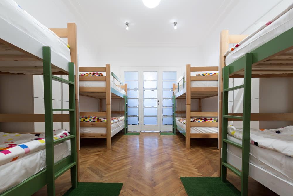 簡 單 的 裝 潢、 一 張 床 , 可 以 認 識 各 國 的 好 友