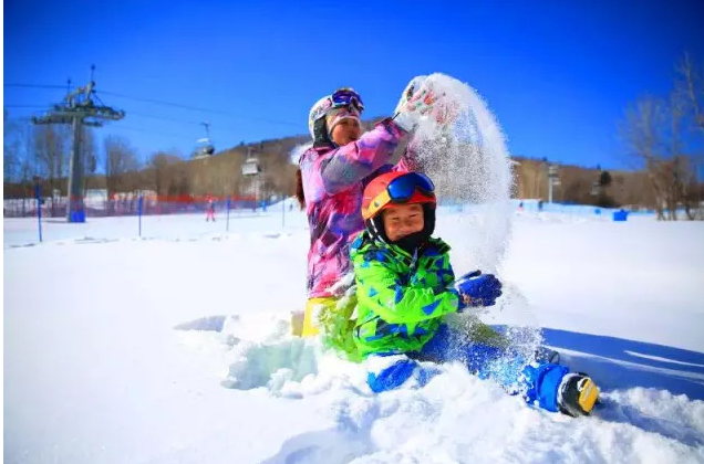 長 白 山 良 好 的 滑 雪 場 規 劃 也 十 分 適 合 小 朋 友 一 起 來 學 習 滑 雪。