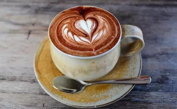 咖 啡 杯 碟 都 是 老 闆 親 自 手 作 、 獨 一 無 二 。