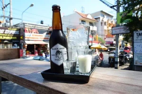 店 內 的 招 牌 咖 啡 是 有 著 啤 酒 外表 的 Black Juice ( 8 0 銖 ),客 人 可 自 行 配 搭 糖 和 奶 。