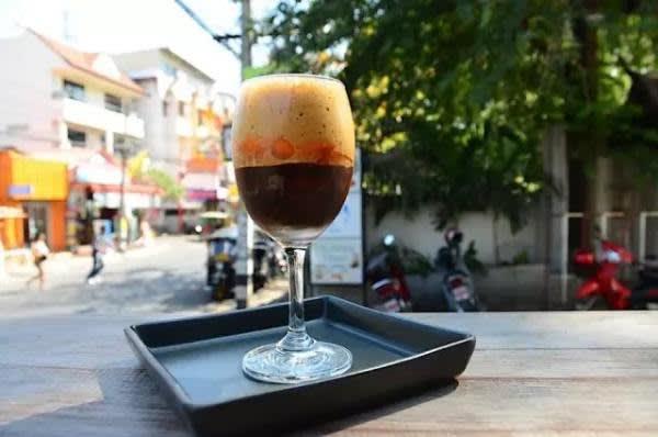 高 腳 杯 中 裝 的 是 Manee Mana , 咖 啡 中 混 入 新 鮮的 橙 皮 , 再 加 上 厚 厚 的 泡 沫 , 入 口 散 發 陣 陣 果 香 和 淡 淡 果 味 , 很 有 創 意 。