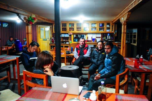 來 自 世 界 各 地 的 山 友 們 與 嚮 導 。