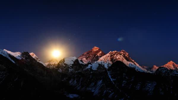 喜 馬 拉 雅 山 的 日 出 。