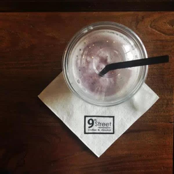 藍 莓 奶 昔。