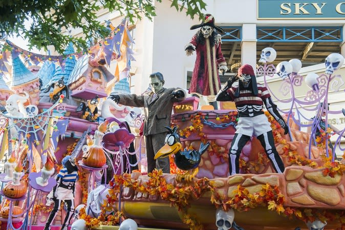 Scare-Yourselves-Silly-At-These-Horrific-Halloween-Scarefests-everland-boo-street