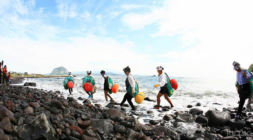 How-To-Make-The-Most-Out-Of-Your-Trip-To-South-Korea-jeju-women-divers
