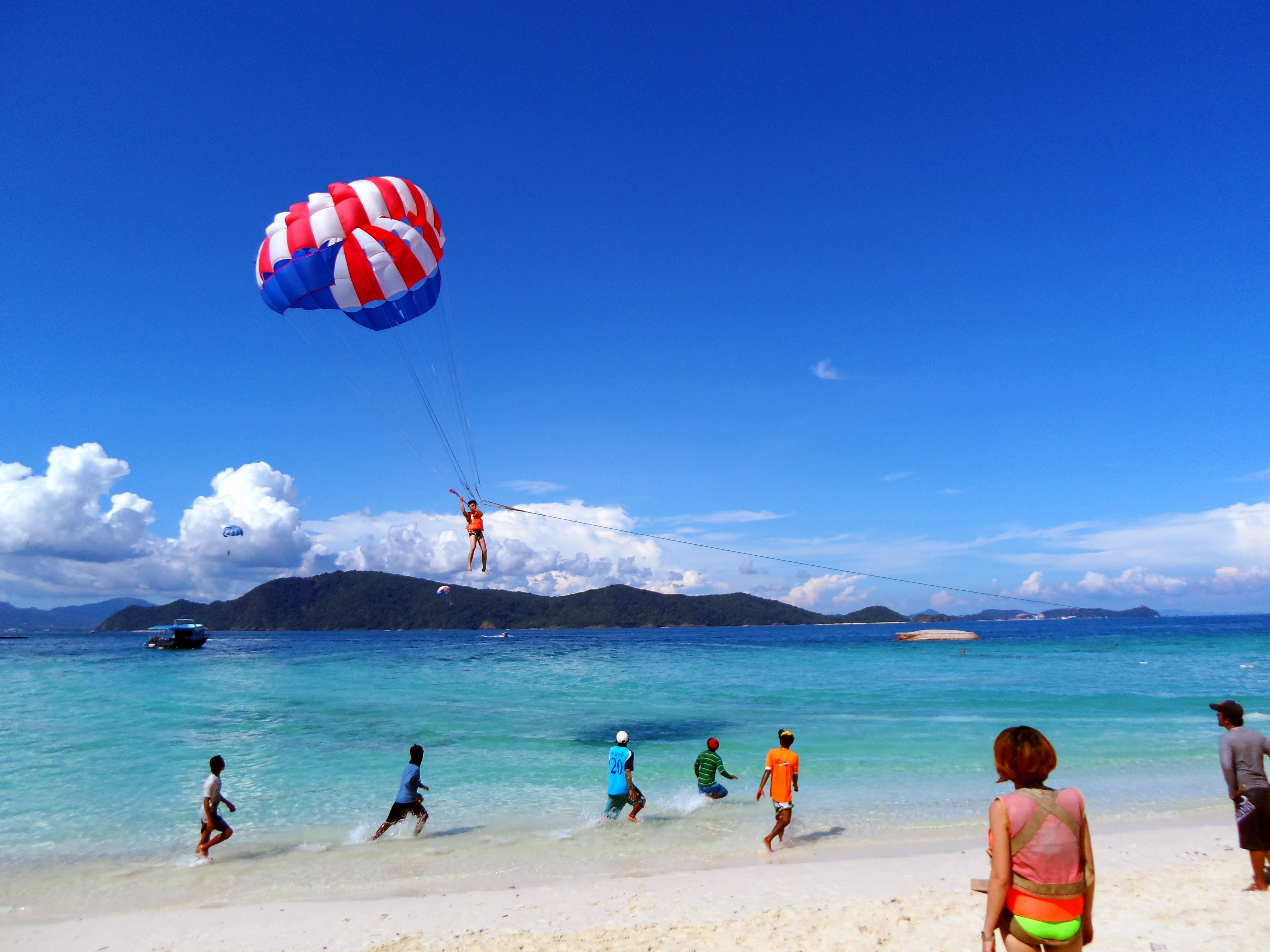 How-To-Enjoy-A-Klook-It-Yourself-Holiday-In-Pattaya-coral-island-parachute