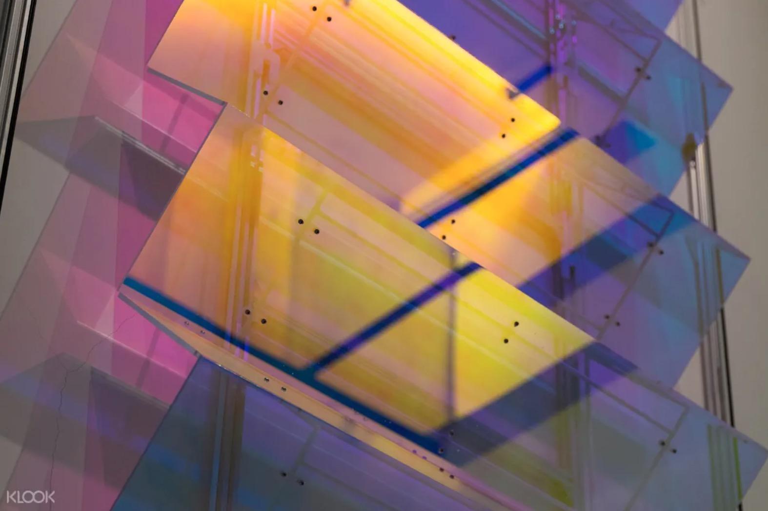 特別為 LIGHTWELL 量身打造的作品〈光區〉,利用天井本身的光影條件,搭配日照的變化,讓天井區域就彷彿是一幅大型畫作。