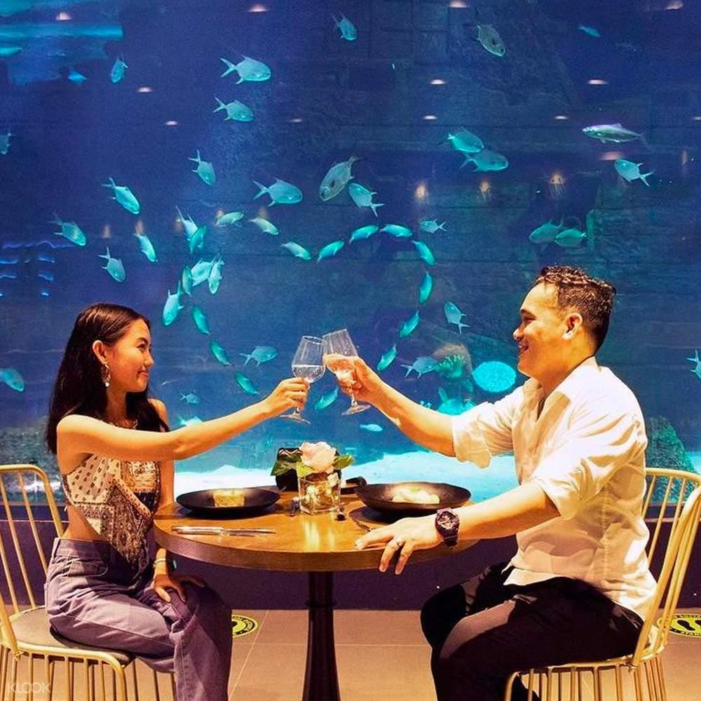 couple enjoy cebu ocean park aqua dining