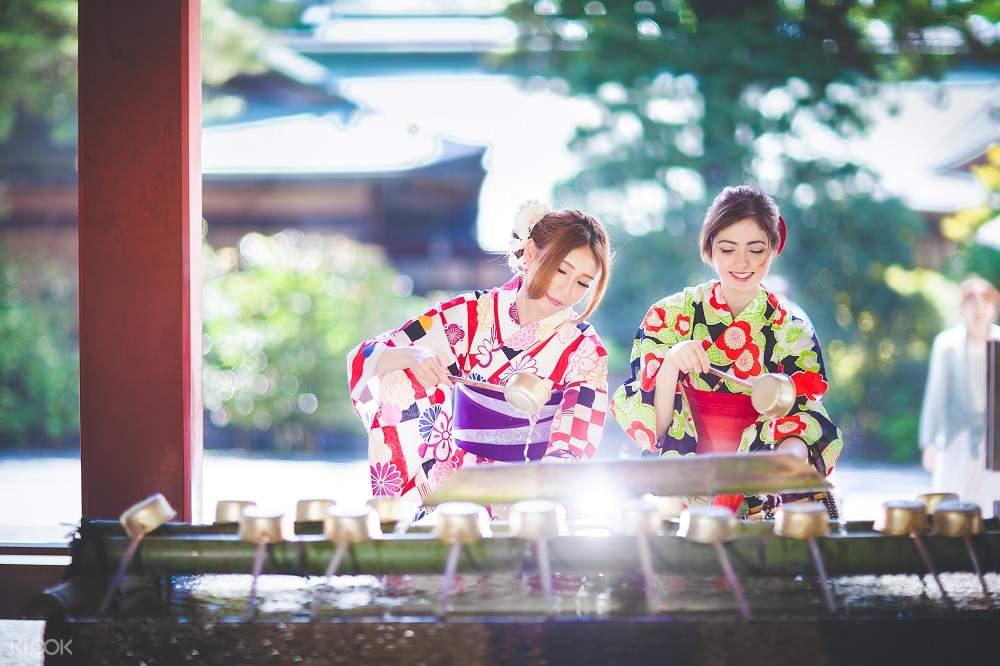 two tourists enjoy a cup of tea in fukuoka