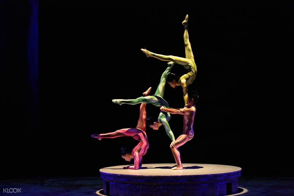 Era intersection of time acrobatic show