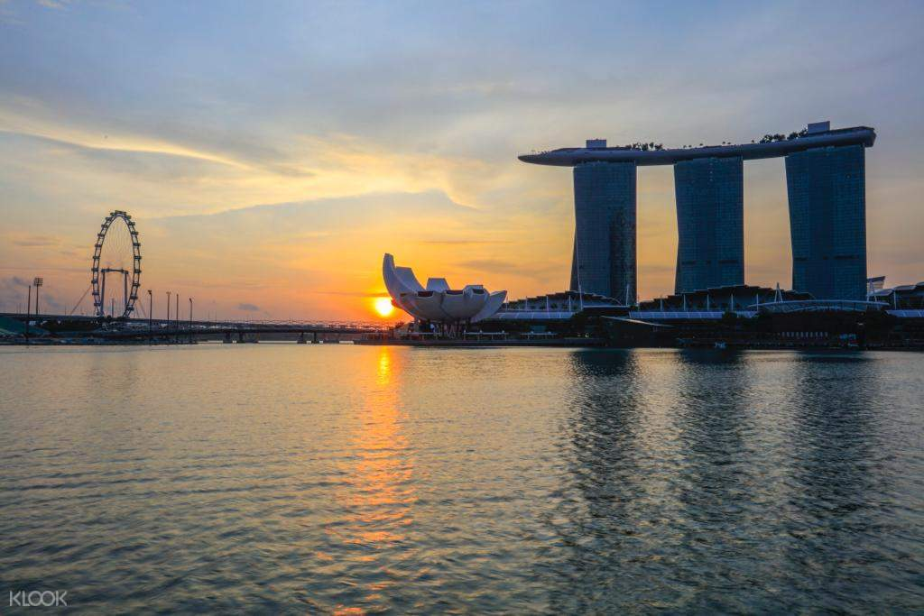 Enjoy the beautiful sunset view at the Singapore River