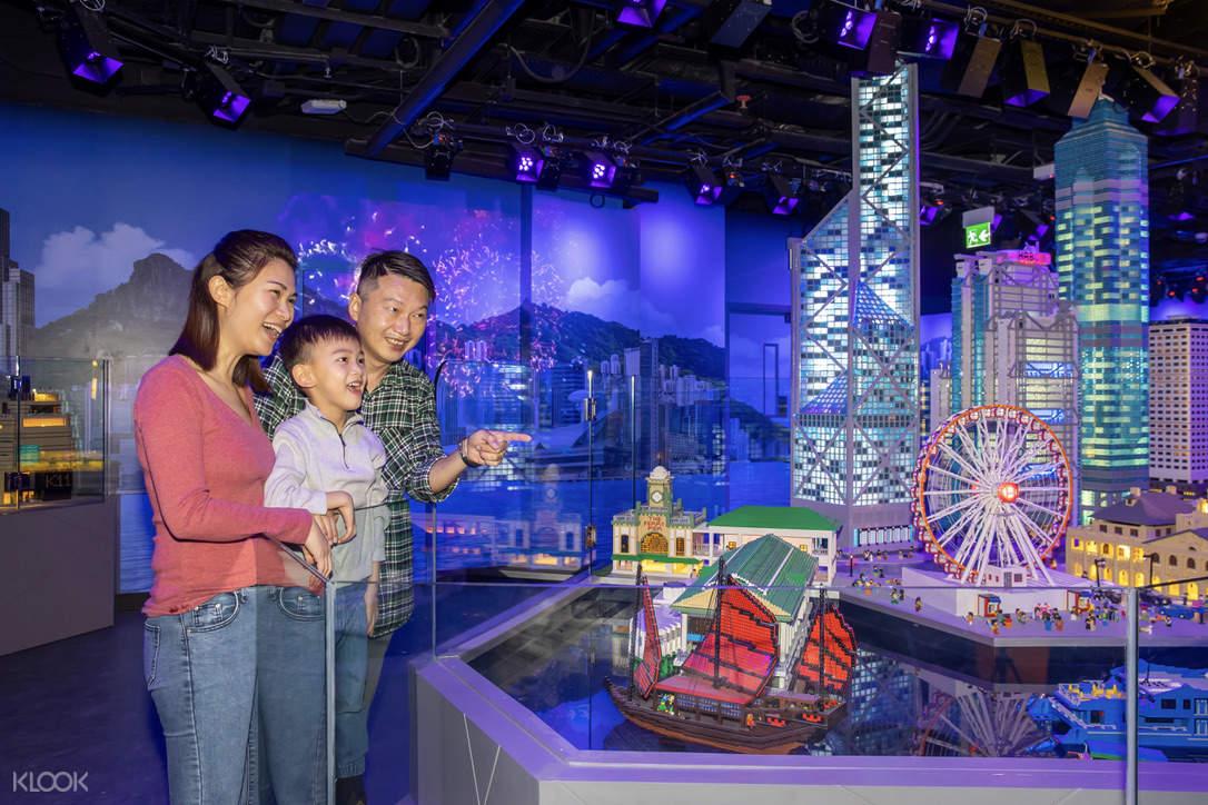 父母與孩子分享樂高建築物