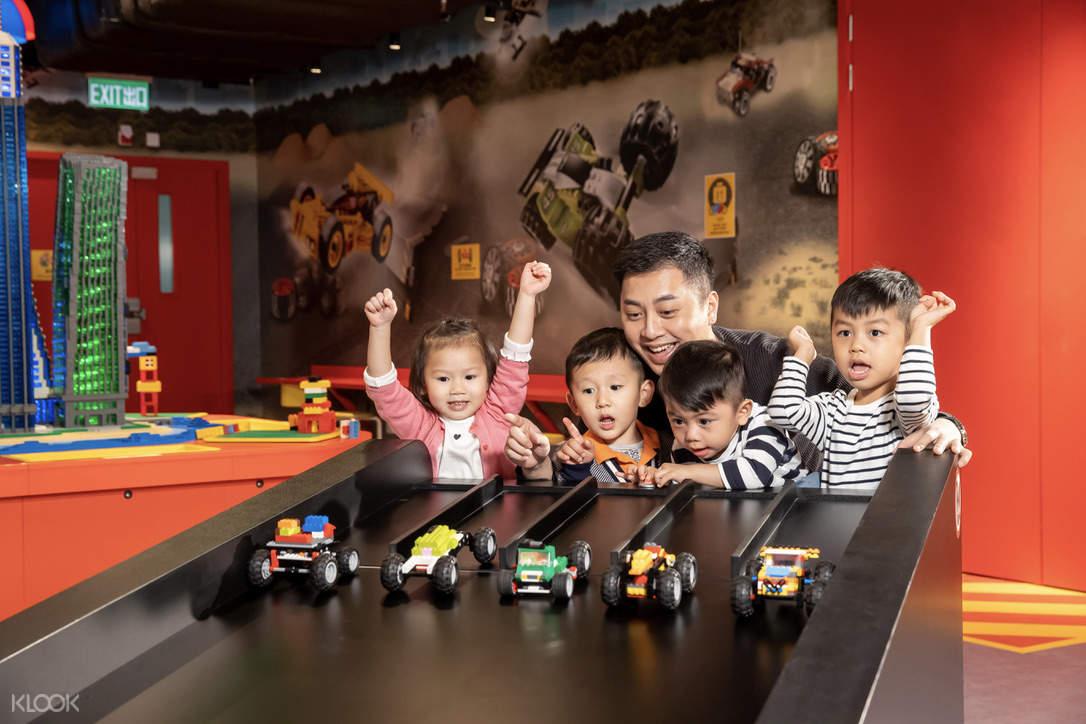 爸爸與孩子們在玩賽車樂高