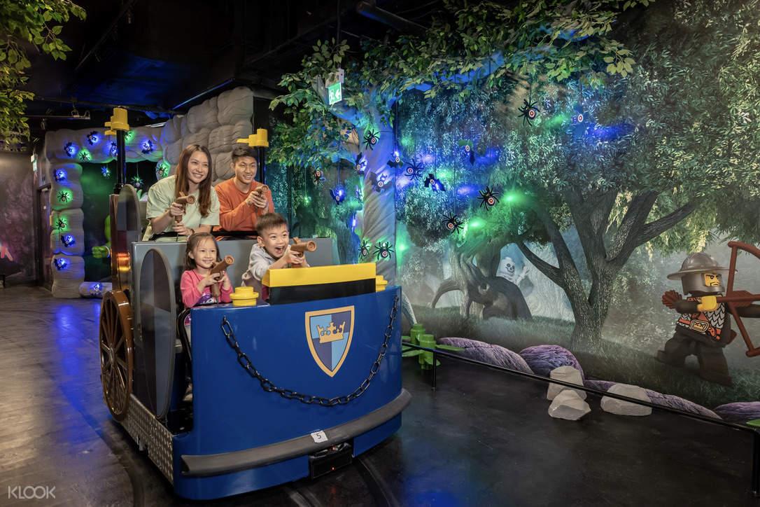 一家人開心騎乘遊樂設施