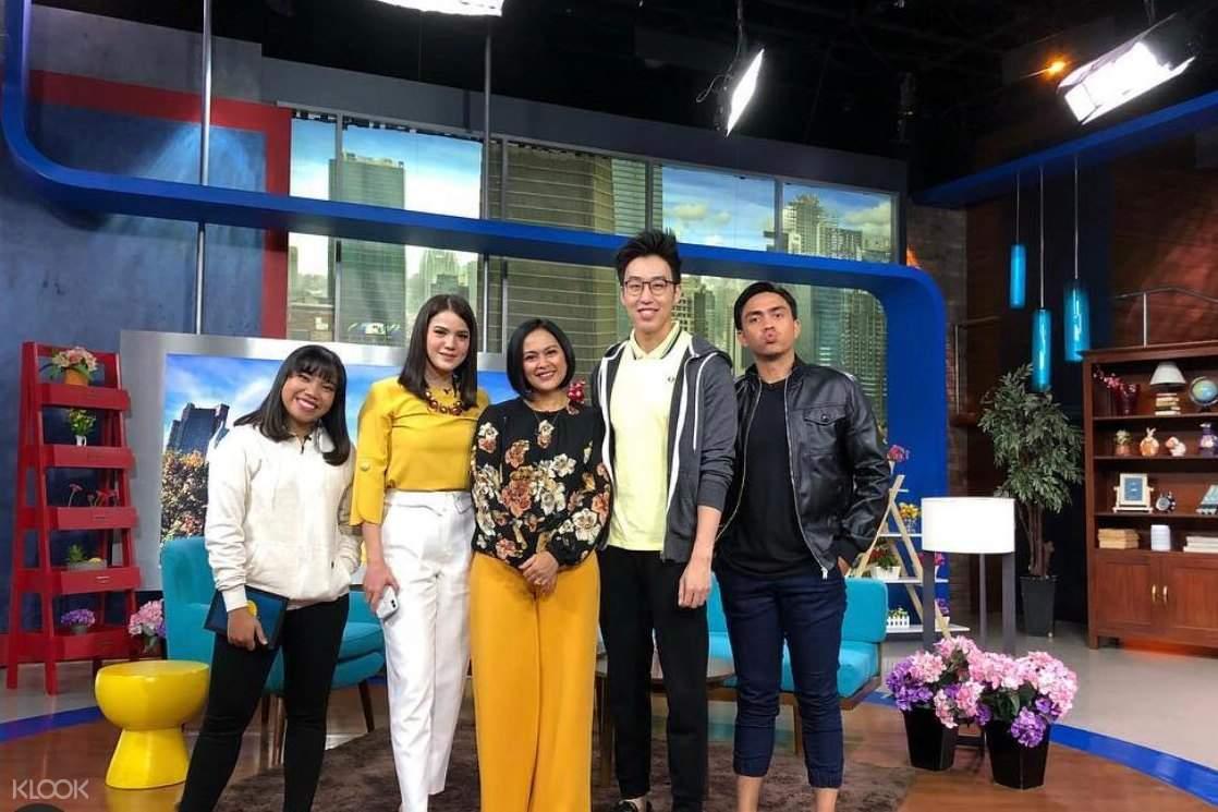 Alvin Hartanto bersama orang-orang di acara tv