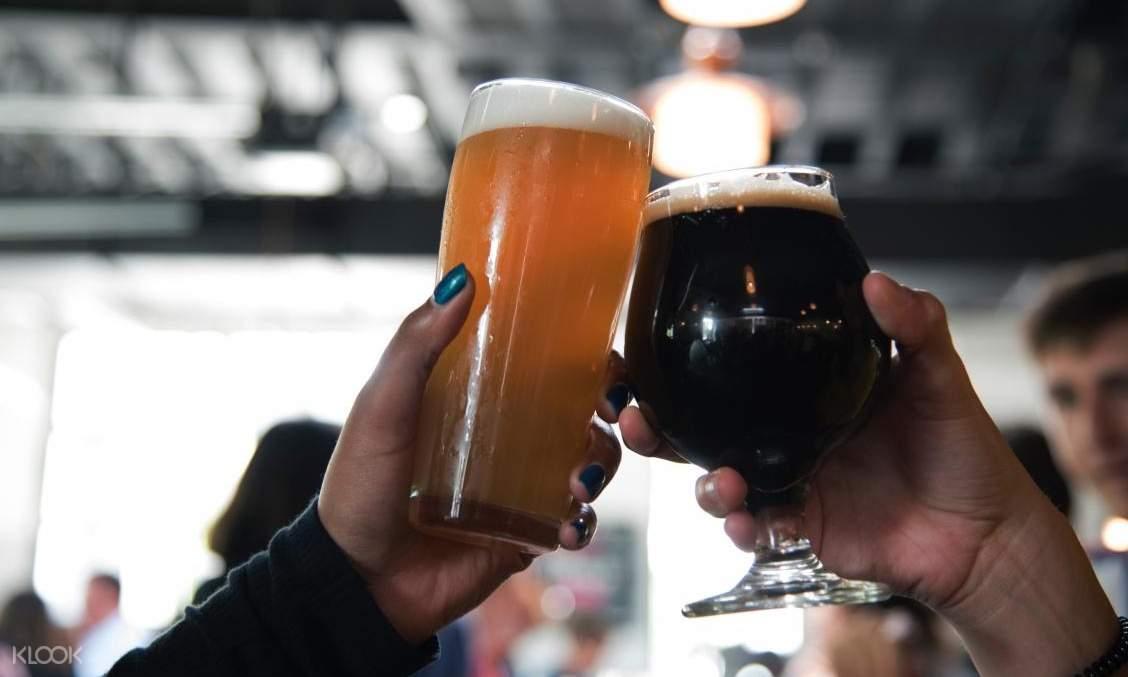 2 alcoholic glasses toasting