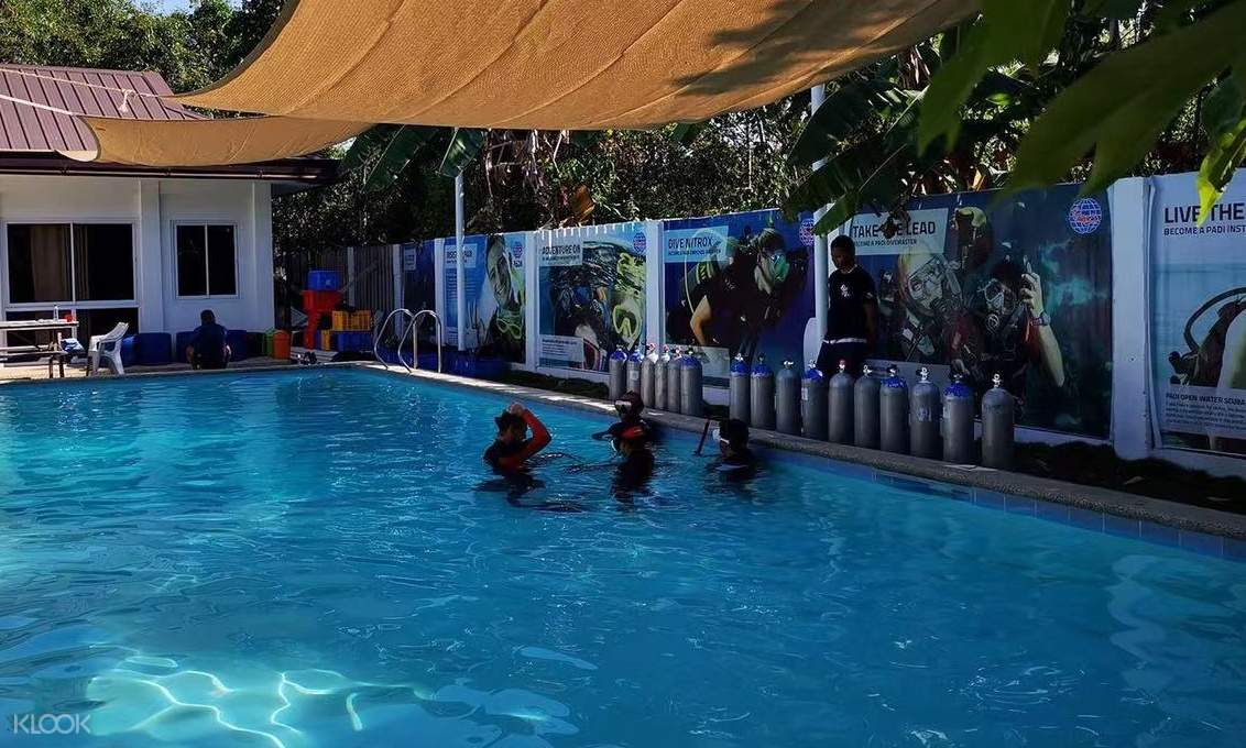 scuba diving students in pool