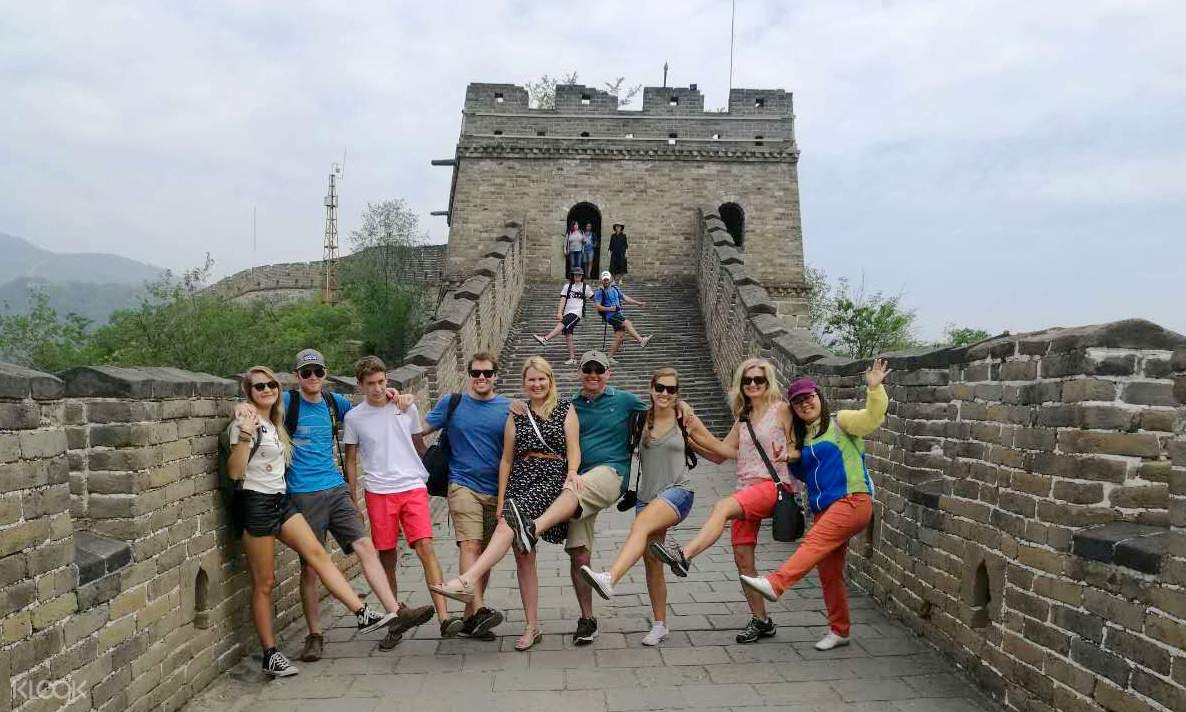 tourists posing along the great wall