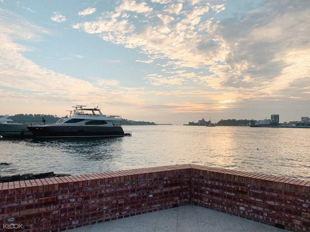 在船上能夠遠眺安平港風貌,望著寧靜的港灣享受假期!
